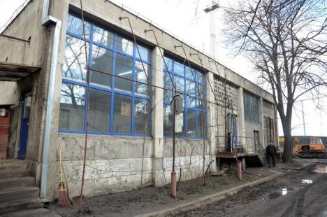 Cernobîl de Oradea: Angajaţii CET-ului muncesc în maldăre de pulbere, cu masca pe figură (FOTO)