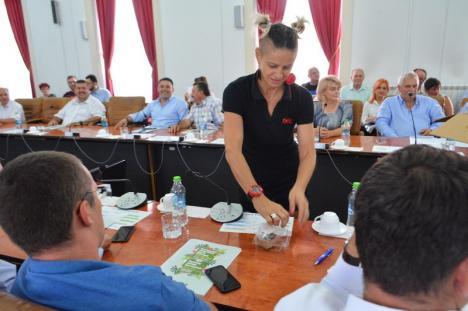 """Şedinţă cu desert: Aleşii bihorenilor, funcţionarii Consiliului Judeţean şi jurnaliştii, îndulciţi de Pásztor cu felii din """"tortul judeţului"""" (FOTO)"""