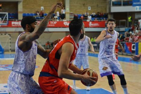 Baschet: Campionii s-au impus greu în faţa piteştenilor de la BCM U FC Argeş, dar au 2-0 la general (FOTO)