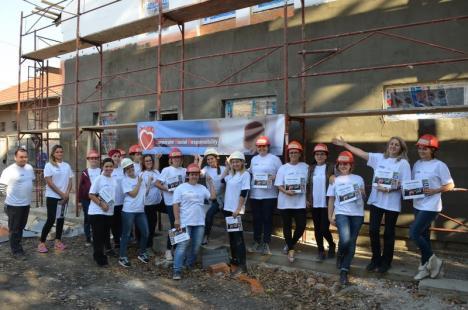 Peste 200 de angajaţi ai companiei Celestica fac voluntariat ca să ridice patru case pentru familii fără posibilităţi