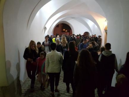 Mii de orădeni au ieşit în Cetate, în ultima seară din Toamna Orădeană: mai sunt cozi, dar nu sunt blocaje (FOTO)