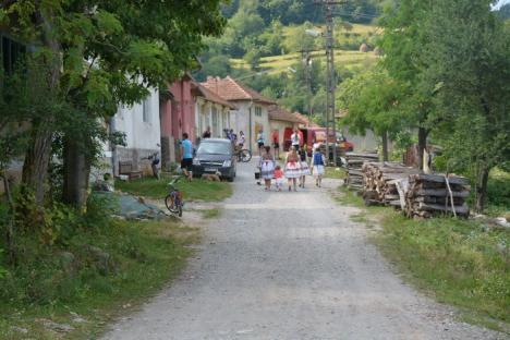 Bienvenido a Coleşti! Două familii tinere, între care una româno-spaniolă, vor să facă dintr-un sat de lângă Vaşcău o destinaţie de ecoturism (FOTO)