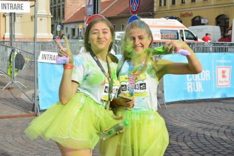 Alergare cu culoare: Cursă de atletism 'acoperită' cu prafuri multicolore, în centrul Oradiei (FOTO/VIDEO)
