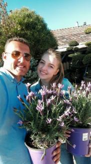 Artişti... de verde: Doi tineri îi invită pe orădeni într-o grădină să se bucure de flori... schimbătoare (FOTO)