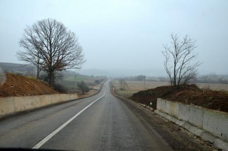 Asfalt, pentru prima oară, pe un drum de 27 km între un oraş din Bihor şi unul din Satu Mare: şoseaua Marghita-Tăşnad e gata (FOTO)