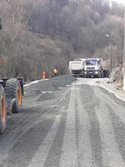 Lucrările pe drumul județean DJ 764 Beiuș-Aleșd avansează: a fost turnat stratul de uzură pe 12 kilometri (FOTO)