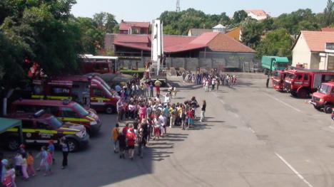 De ziua lor, copiii orădeni s-au distrat cu jandarmii şi pompierii (FOTO)