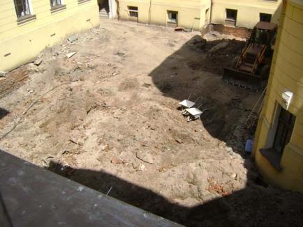 O fântână mai veche de un secol a stopat lucrările la 'piramida' Primăriei (FOTO)