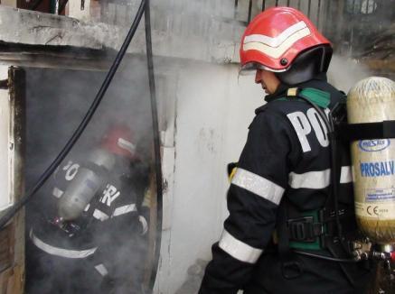 200 de kilograme de gunoaie arse în subsolul unei case din Oradea