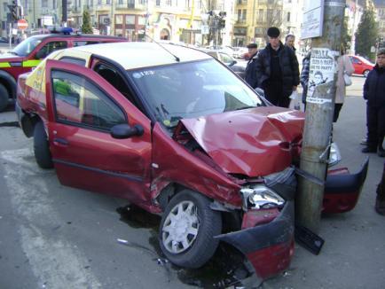Două taxiuri s-au ciocnit în centru: O femeie a ajuns la spital (FOTO)