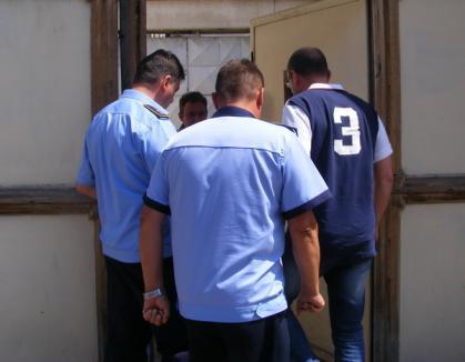 Vizită surpriză: Cozmin Guşă şi-a văzut un prieten arestat la Oradea! (FOTO)