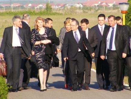 """Premierul Emil Boc a sosit la Oradea înconjurat de """"armată"""". Udrea, cu decolteul la vedere! (FOTO)"""