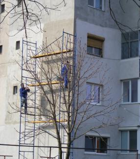 Primăria va amenda orădenii care îşi anvelopează apartamentele fără forme legale