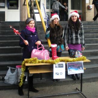 Studente-Crăciuniţe adună bani pentru copii săraci