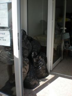 Orădenii fac donaţii, nu curăţenie: peste 150 de saci cu haine impecabile s-au adunat pentru sinistraţi