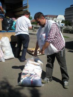 Peste 330 de saci cu ajutoare pentru sinistraţi au pornit din Bihor spre Dorohoi (FOTO)