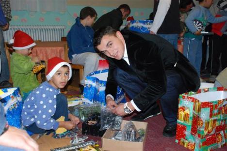 De Moş Nicolae, FC Bihor a dus cadouri orfanilor din Sâniob (FOTO)