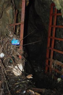 Peştera Gălăşeni, deschisă, nepăzită şi plină de gunoaie (FOTO)
