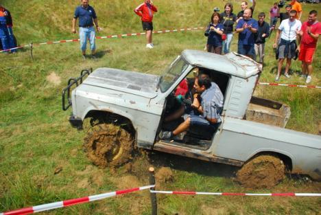 Off-road caritabil: Asociaţia Descoperă România 4x4 a strâns bani de excursie pentru copiii necăjiţi