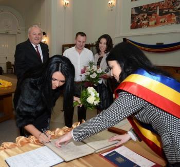 Seremi s-a însurat la Primăria Oradea, fără invitaţi (FOTO)