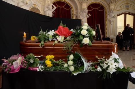 Fanii cântăreţei Florica Ungur îşi pot lua rămas bun de la ea în holul Teatrului de Stat (FOTO)