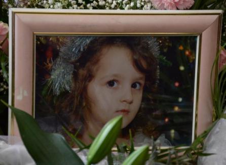 Fetiţa care a murit în ştrandul Ioşia a fost înmormântată în prezenţa a circa o mie de oameni, cu cântece bisericeşti şi fanfară (FOTO)
