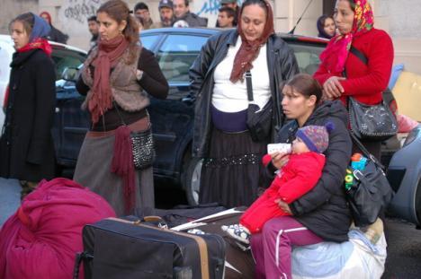 O jurnalistă orădeancă face lobby în Franţa pentru ca 60 de ţigani din Bihor să nu fie expulzaţi
