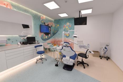 """Dr. Ionuţ Leahu le redă orădenilor zâmbetul larg în doar 24 de ore: """"Pacientul trebuie să zâmbească şi să vorbească imediat după intervenţia chirurgicală"""" (FOTO)"""