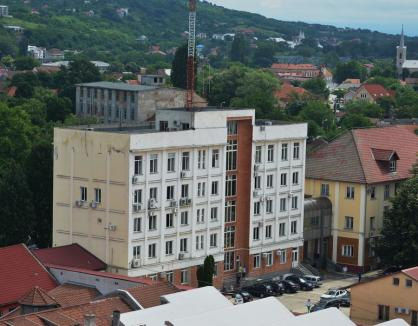 Instituţii şi firme din Bihor închise după depistarea unor angajaţi cu Covid. La Electrica Oradea, toată conducerea este în izolare