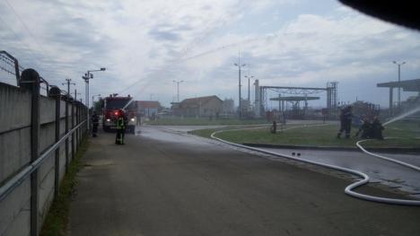 Scenariu de temut: Pompierii bihoreni, intervenţie la un incendiu produs la un depozit de produse petroliere (FOTO)