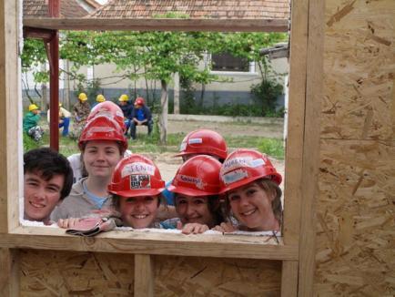 16 elevi irlandezi au venit în Beiuş să construiască o locuinţă şi să cunoască tradiţiile
