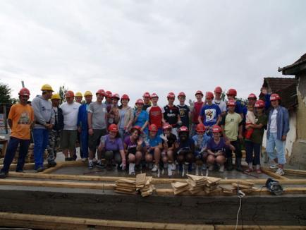 Tineri voluntari irlandezi ridică o casă pentru o familie din Bunteşti