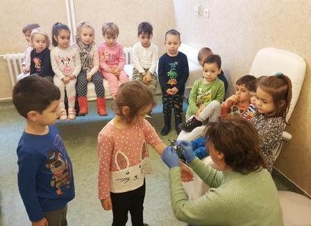 'Sunt și eu în comunitate': Laboratorul Humanamed îi învaţă pe copii să-şi învingă fricile de investigaţii medicale (FOTO)