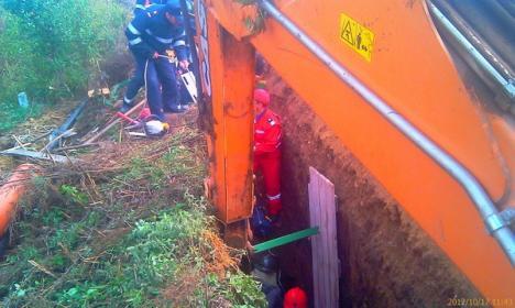 Îngropat în pământ: Un tânăr de 22 de ani a murit după ce malurile unui şanţ s-au prăbuşit peste el