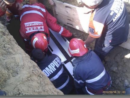 """Un muncitor care lucra la canalizarea din Beiuş, în stare gravă după ce a fost """"înghiţit"""" de pământ"""