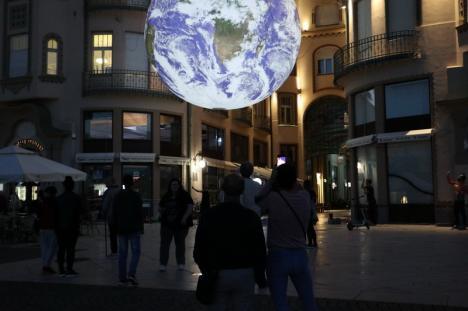 """""""Pământul"""" a fost suspendat în Piața Unirii: Zeci de orădeni au fotografiat o instalație luminoasă adusă în premieră în România (FOTO / VIDEO)"""