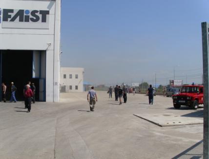 Zeci de oameni, evacuaţi în urma unui incendiu la firma Mekatronic pe Borşului