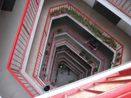 Un orădean de 28 de ani a murit zdrobit, după ce s-a aruncat de la etaj (FOTO)