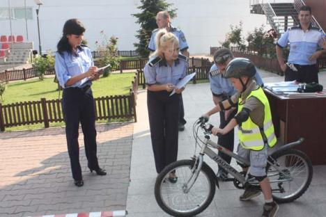 În Orăşelul Copiilor, micuţii au învăţat cum să se ferească de infractori şi accidente (FOTO)
