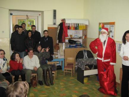 Tinerii din TSD Bihor le-au dus daruri micuţilor cu dizabilităţi