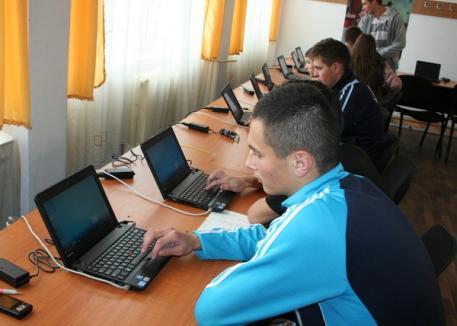 Intel a dotat o şcoală din Ştei cu laptopuri şi aplicaţii anume create pentru elevi