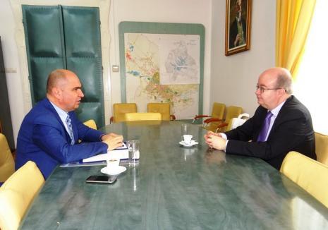 Vizită de rang înalt la Primăria Oradea: Ambasadorul Marii Britanii, Paul Brummell, s-a întâlnit cu Ilie Bolojan