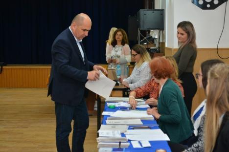 Liderul PNL, Ilie Bolojan, a votat pentru europarlamentare şi referendum: 'Sunt nişte alegeri care ne influenţează pe toţi' (FOTO)