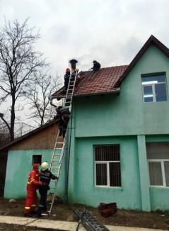 Incendiu la şcoala din Cherechiu, din cauza unui coş de fum, elevii și profesorii au fost evacuați (FOTO)