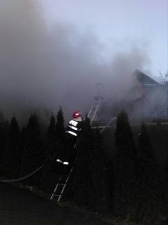 Un bihorean a ajuns la spital cu arsuri, după ce şopronul i-a luat foc (FOTO)
