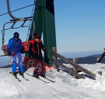 Iohannis, fotografiat în timp ce stătea la rând, la teleschi, pe o pârtie din Alba