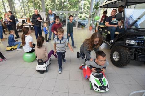 """Ziua Skoda, la Autogrand Oradea: Copiii au luat lecţii preventive de la un poliţist şi au """"testat"""" noul model Skoda Kamiq (FOTO / VIDEO)"""