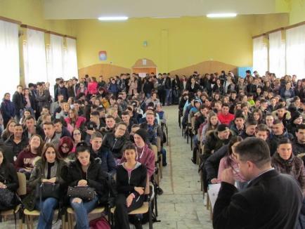 """Larisa Florian, cea mai bună sportivă a județului, în mijlocul elevilor Colegiului Tehnic """"Mihai Viteazul"""" (FOTO)"""