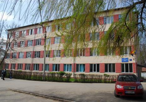 Bătaie în faţa Liceului Sportiv din Oradea: Cinci tineri au fost ridicaţi de jandarmi, după ce au luat o fată la pumni