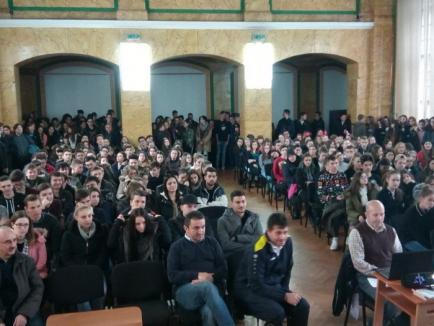 Sandu Lungu, întâmpinat cu aplauze de elevii Colegiului 'Mihai Eminescu' (FOTO)
